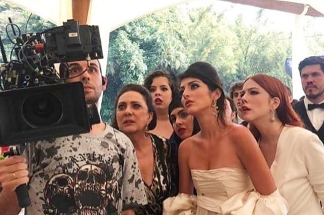 Anajú Dorigon e Bia Arantes vestidas de noiva em 'Órfãos da terra' (Foto: Reprodução/Instagram)