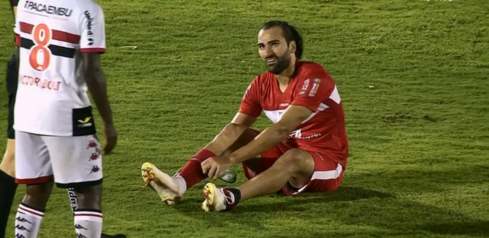 Léo Gamalho saiu de campo na segunda etapa — Foto: Reprodução/Premiere