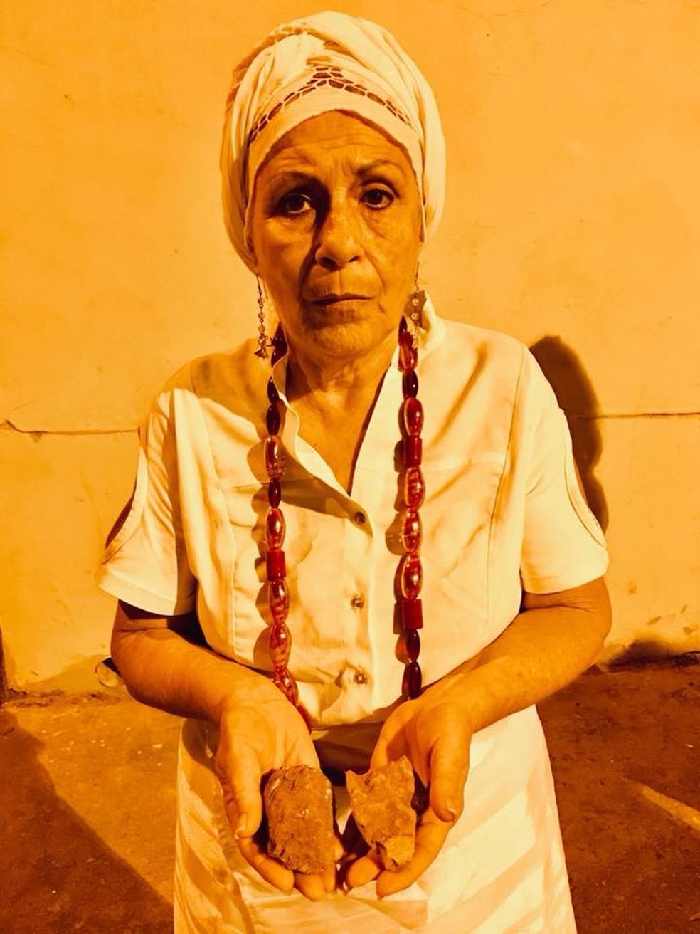Líder religiosa mostra as pedras que foram atiradas (Foto: Bebeto Karolla - Folha de Búzios)