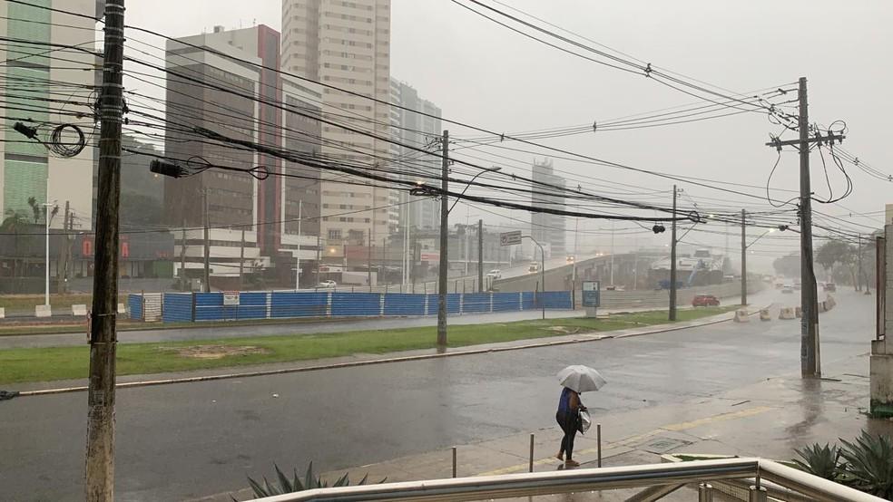 Chuva deixou parte da Avenida ACM, em Salvador, com acúmulo de água na pista — Foto: Victor Silveira/TV Bahia