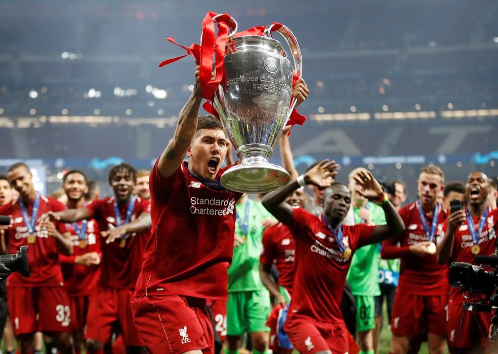Roberto Firmino ergue a taça da Liga dos Campeões na comemoração do Liverpool — Foto: REUTERS/Carl Recine
