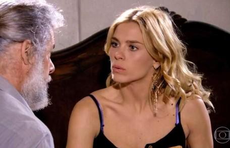 Na quarta-feira (15), Teodora (Carolina Dieckmann) volta de viagem cheia de malas e Pereirinha (José Mayer) e Enzo (Júlio Rocha) estranham Reprodução