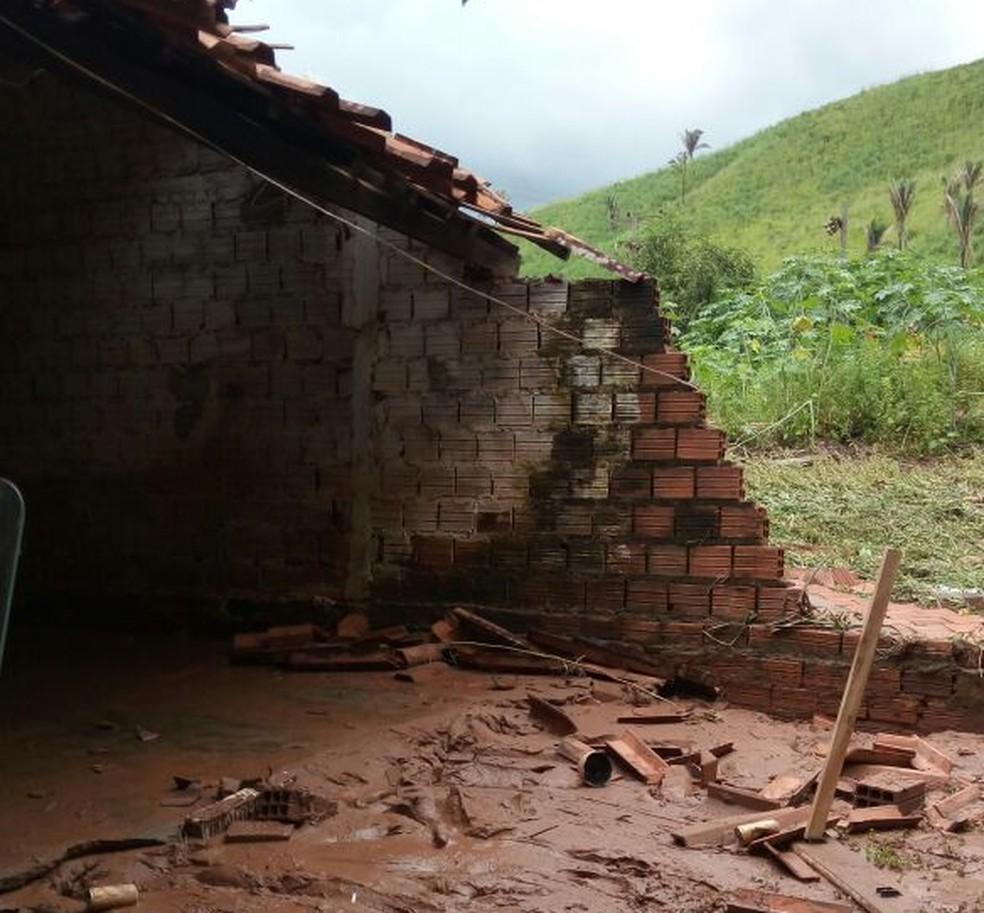 Casa perdeu parte da parede por conta de uma enxurrada que caiu na cidade de Marajá do Sena nesta sexta-feira (30) (Foto: TV Mirante)