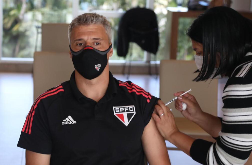 Hernán Crespo, técnico do São Paulo, recebendo a primeira dose da vacina — Foto: Rubens Chiri/saopaulofc