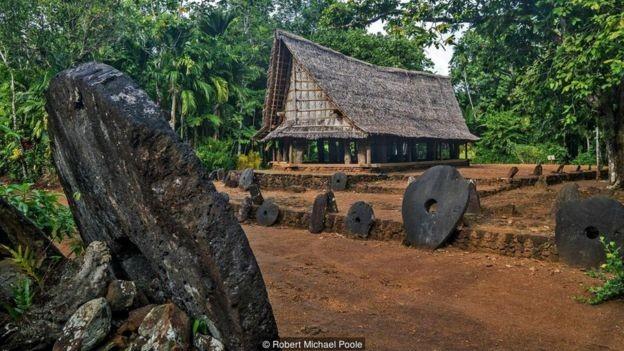 Não importa onde estão localizadas, os yapeses sabem de quem é cada pedra (Foto: Robert Michael Poole/BBC)