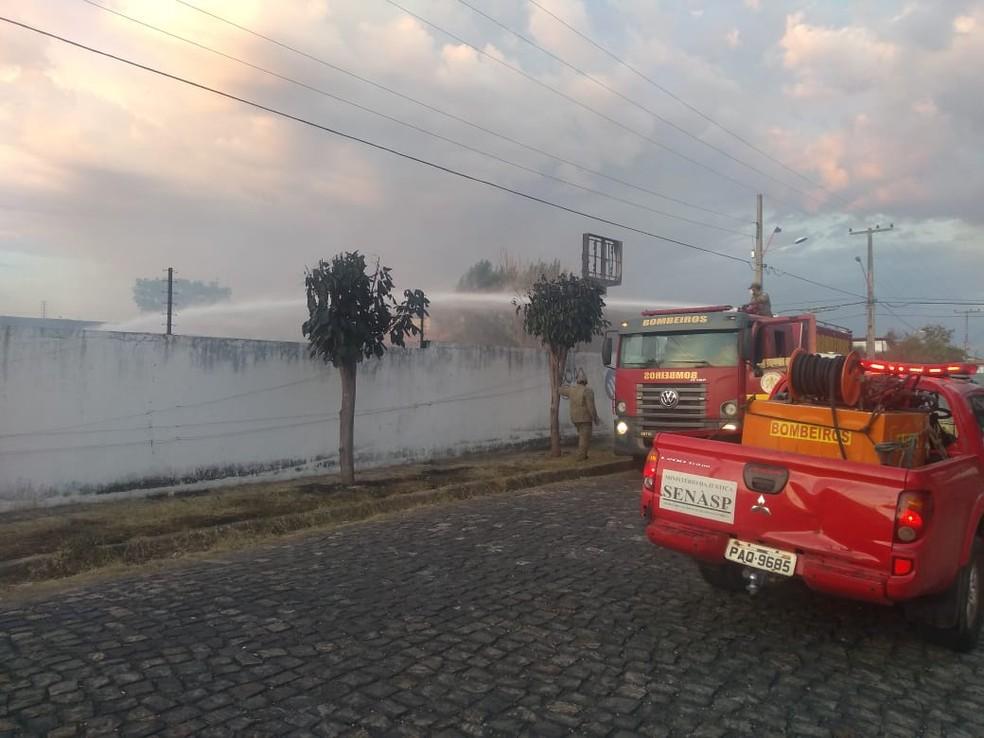 Bombeiros controlaram incêndio em depósito na Morada do Sol — Foto: José Marcelo/G1 PI