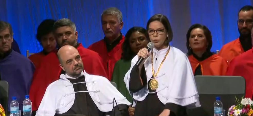 Posse de Denise Pires de Carvalho, primeira mulher a ocupar a reitoria da UFRJ — Foto: Reprodução/ TV Globo
