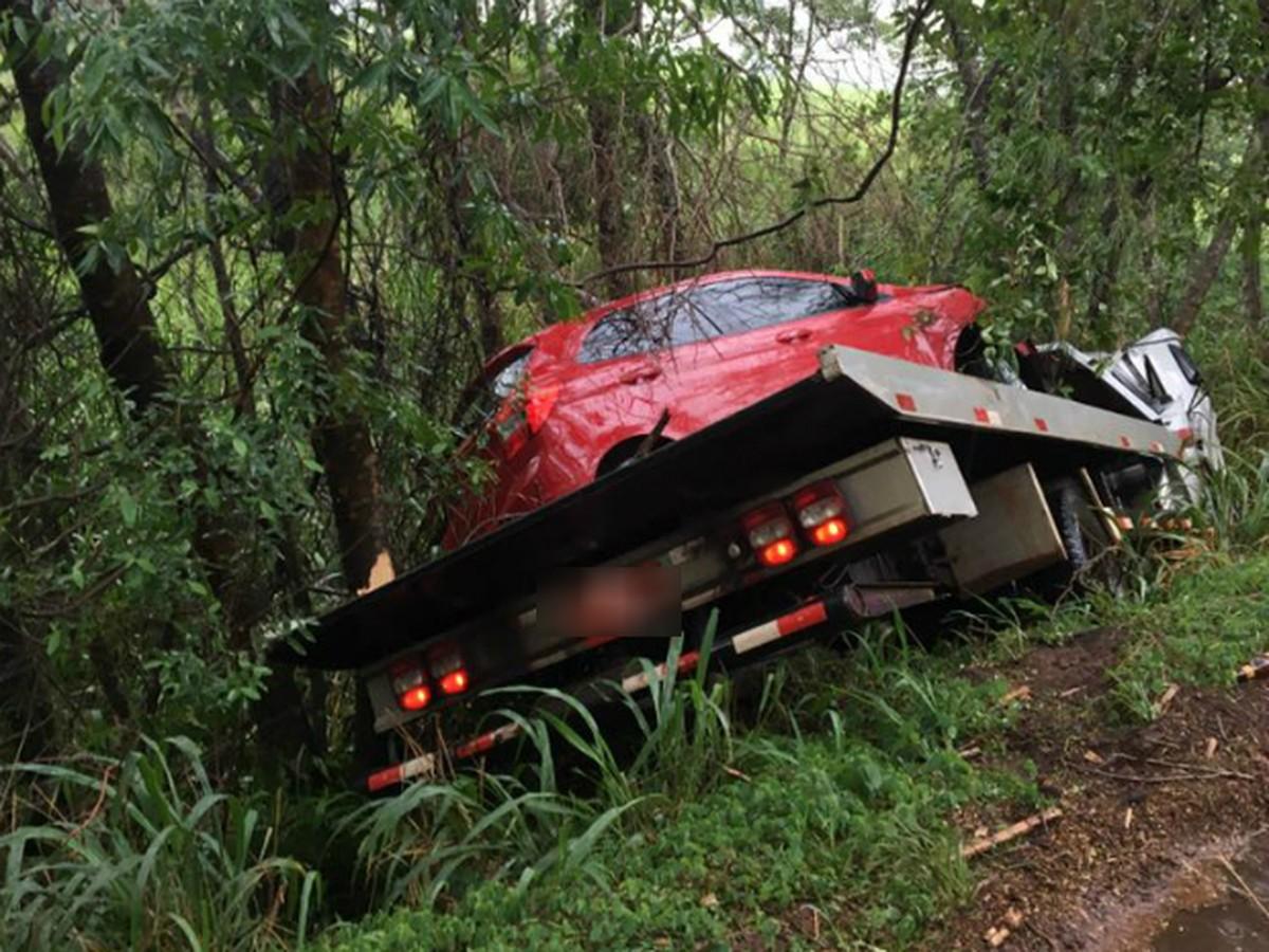 Motorista de caminhão-guincho perde controle da direção e bate contra van e árvore