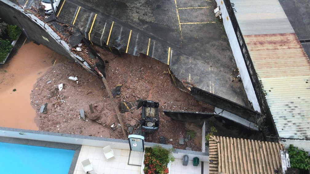 Parte de estacionamento de prédio cai com barranco e 'engole' carro no Imbuí, em Salvador — Foto: Redes Sociais