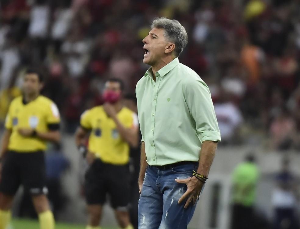Renato Gaúcho entrega o cargo , mas diretoria não aceita e mantém treinador