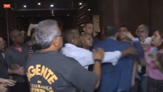 Vídeo mostra briga entre deputado e homem durante evento na Uerj