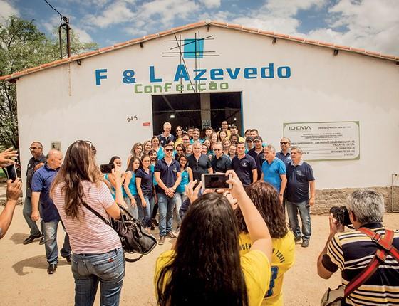Em clima de pré-campanha, Flávio Rocha é fotografado com trabalhadores de confecção do programa Pró-Sertão, em um distrito próximo a Parelhas, no Rio Grande do Norte (Foto: Anna Carolina Negri/Revista Época)