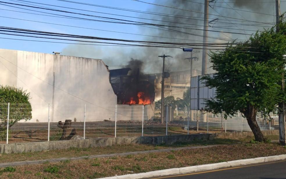 Fogo no galpão de loja do D.I.A., em Aracaju — Foto: TV Sergipe/Sidiclai Sales
