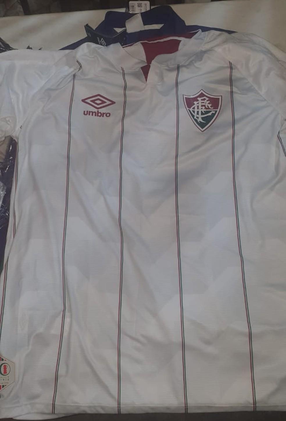 Segundo modelo do uniforme é predominantemente branco e com listras finas — Foto: Reprodução