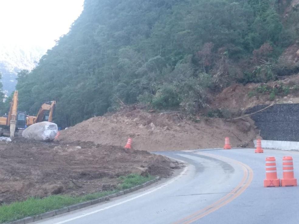 Rodovia Mogi-Bertioga continua totalmente bloqueada (Foto: Divulgação/Polícia Rodoviária)