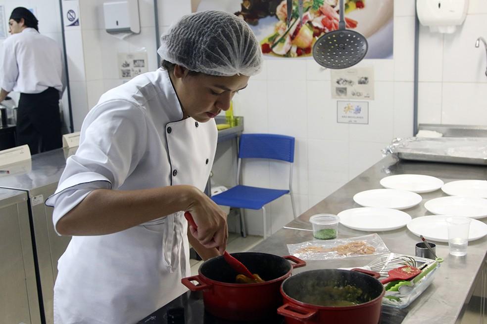 Aluna do curso de cozinheiro do Senac prepara alimento durante aula prática — Foto: Senac DF / Divulgação