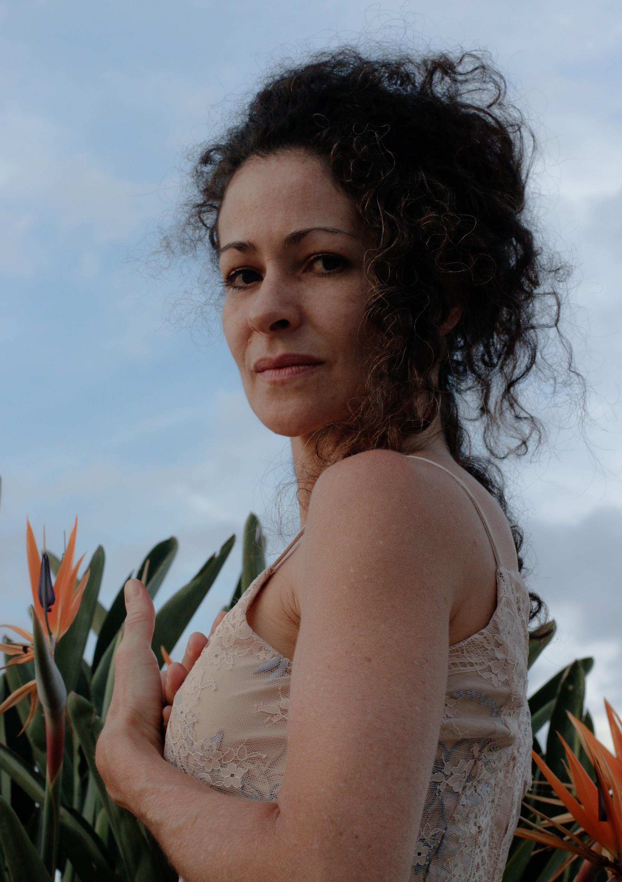 Maísa Moura borda e costura canções no álbum 'O azul daqui' com a paz da voz da cantora mineira