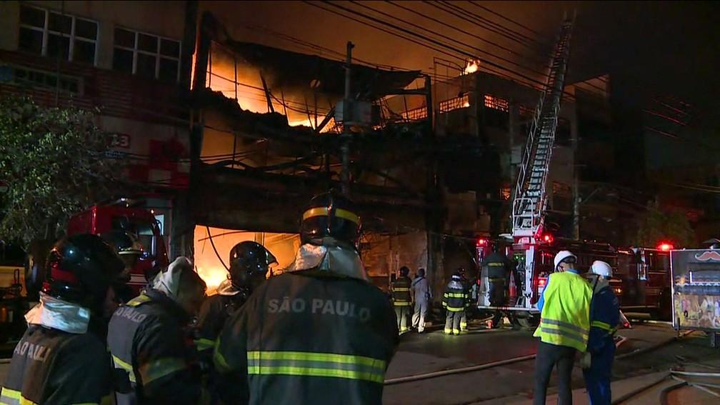 Incêndio atinge dois prédios comerciais no Brás — Foto: Reprodução TV Globo