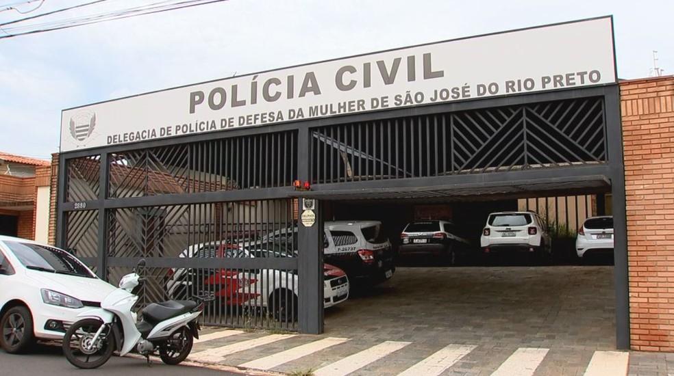 Mulher prestou depoimento na DDM de Rio Preto (SP) — Foto: Reprodução/TV TEM