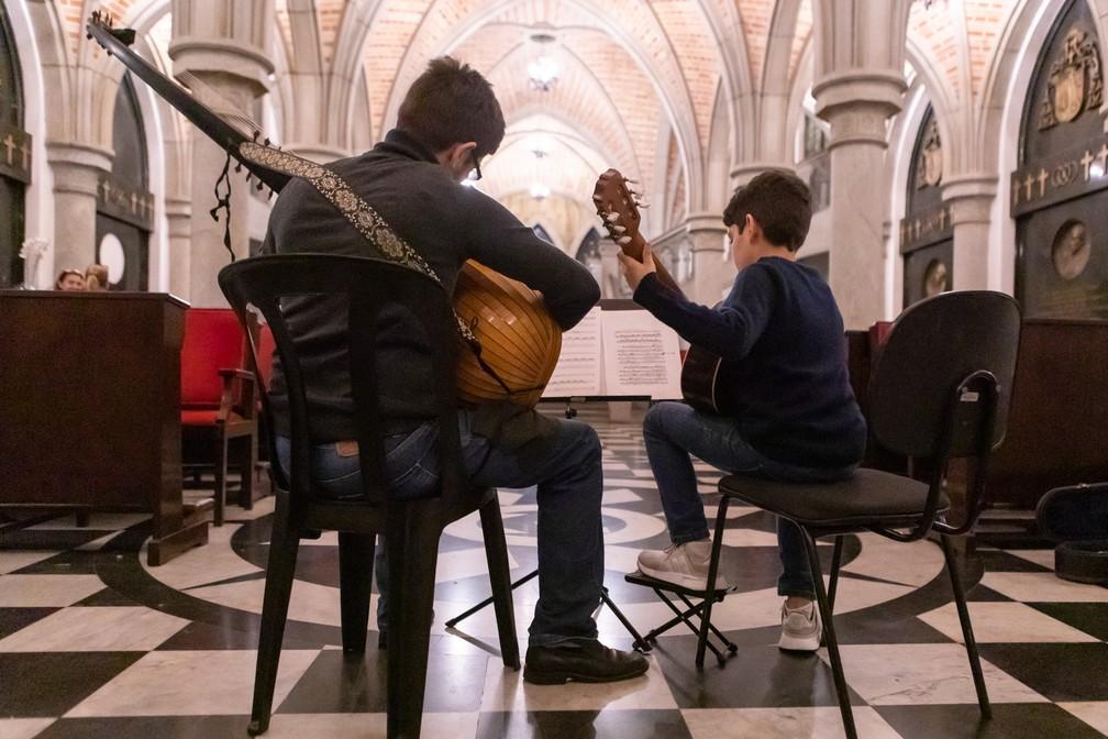 O músico Alexandre Ribeiro e seu filho Gabriel Ribeiro tocam na Cripta da Catedral da Sé  — Foto: Celso Tavares/G1