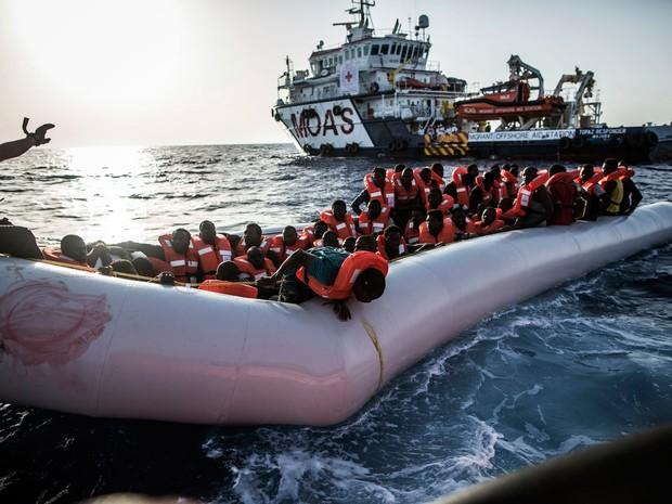 Mais de 120 migrantes foram resgatados na noite passada de embarcações frágeis e abarrotadas que estavam à deriva no Mediterrâneo (Foto: Manu Brabo/AP)