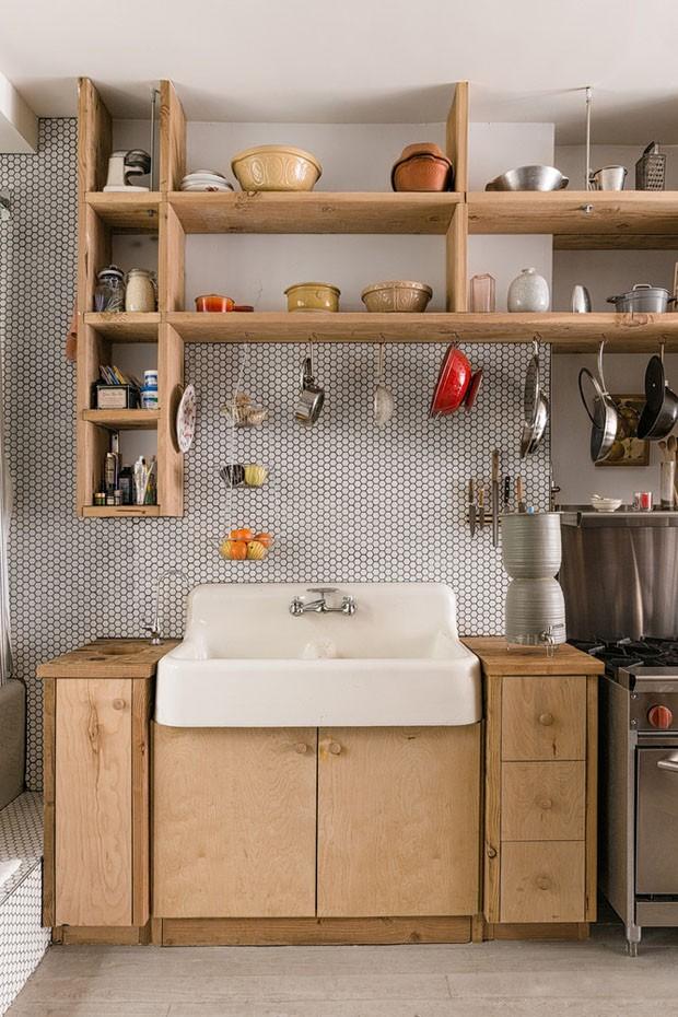 Décor do dia: cozinha pequena planejada toda em madeira (Foto: Aaron Bengochea)