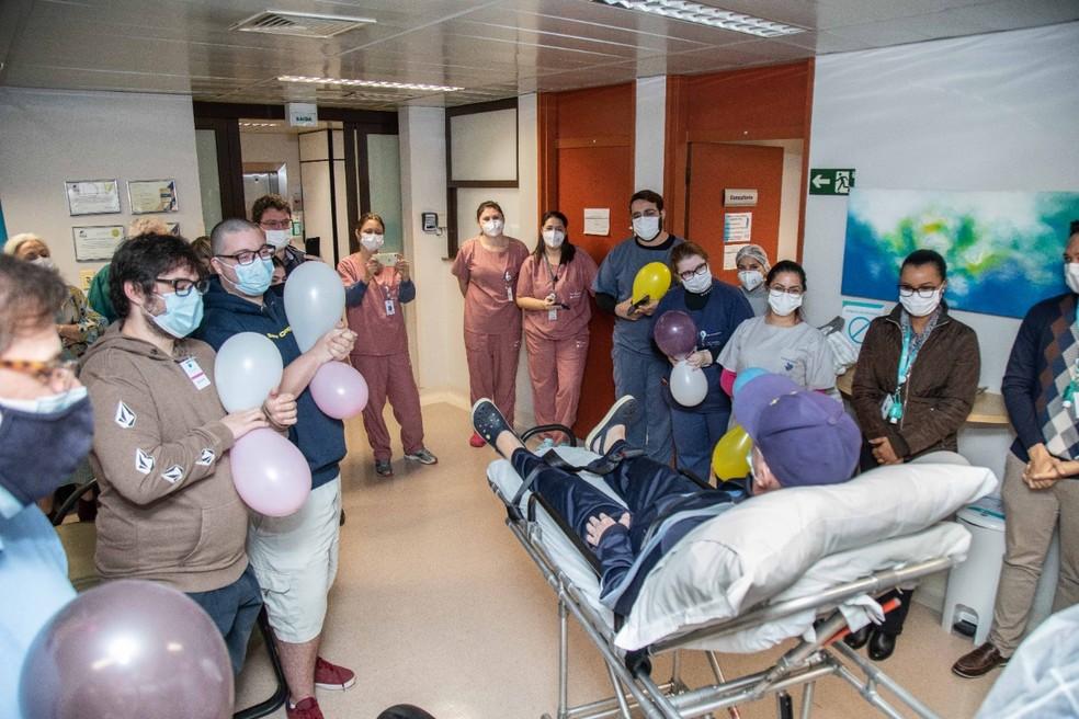 Paciente recebe alta após 99 dias internado por Covid-19 em hospital de Campinas (SP) — Foto: Matheus Campos