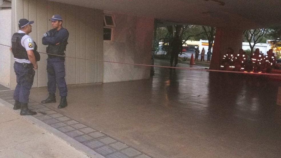 Policiais em prédio onde homem ameaçava explodir apartamento (Foto: Polícia Militar/Divulgação)