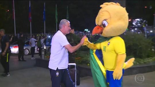 Seleção brasileira chega a Moscou sem Douglas Costa e Danilo