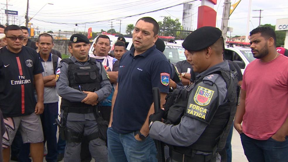 Representando a Seap, major foi até manifestantes para conversar com a categoria — Foto: Reprodução/Rede Amazônica