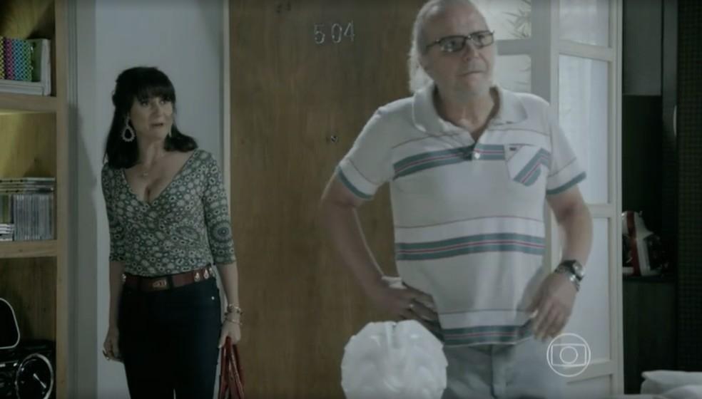 Magnólia (Zezé Polessa) e Severo (Tato Gabus Mendes) são expulsos da casa da filha em 'Império' — Foto: Globo