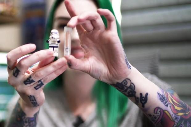 Engenheira de softwares Amie DD inmplanta o chip de seu Tesla em seu braço (Foto: Amie DD/Youtube)
