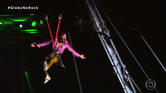 Jared Leto anda de tirolesa (de novo), toma açaí (de novo) e canta com Projota em show do Thirty Seconds to Mars