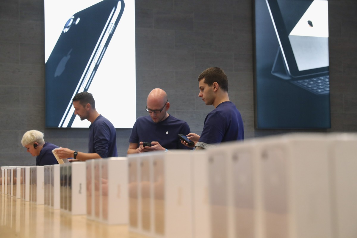 BERLIN, GERMANY - SEPTEMBER 16:  Apple employees prepare Apple iPhone 7 phones on the first day of sales of the new phone at the Berlin Apple store on September 16, 2016 in Berlin, Germany. The new phone comes in two sizes, one with a 4.7 inch display, th (Foto: Getty Images)