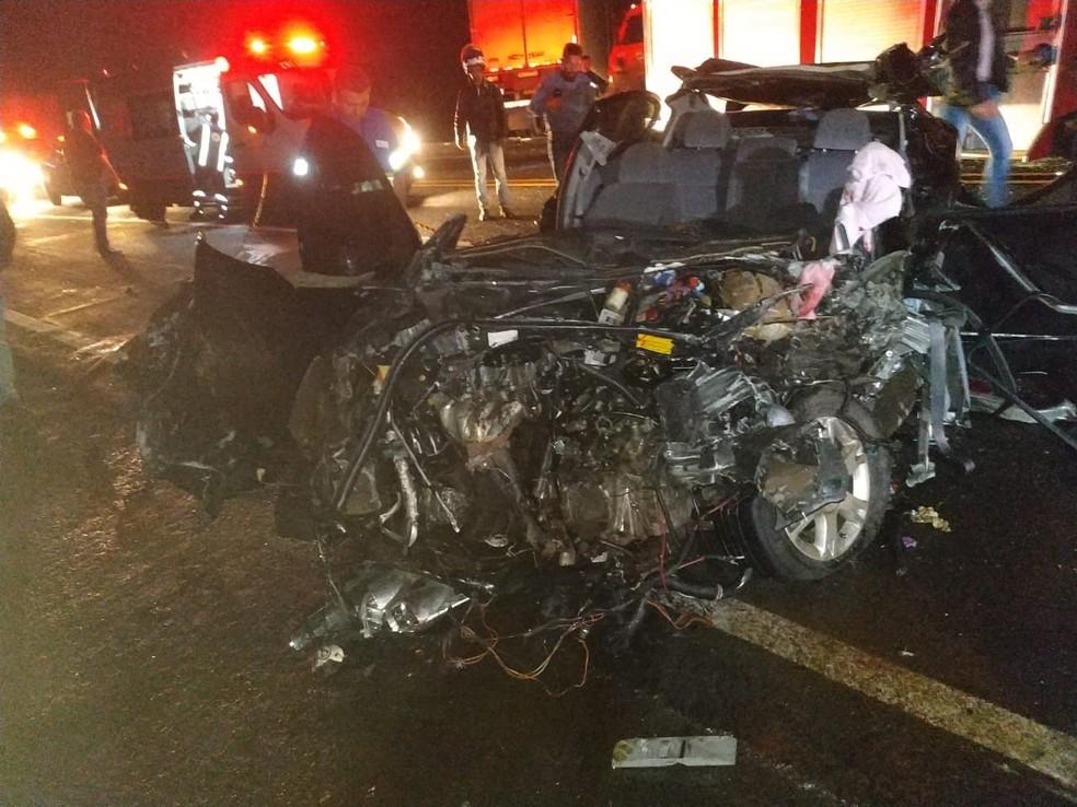 Segundo a PRE, carro invadiu a pista contrária em uma curva e foi atingido por um caminhão, na PR-444, em Mandaguari — Foto: PRE-PR/Divulgação