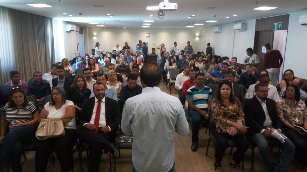 Prefeitos e representantes de prefeituras da região debateram dívidas do estado — Foto: Cimams/Divulgação