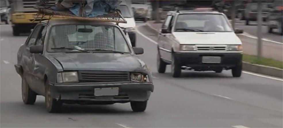Carro em más condições trafega em via em MG (Foto: Reprodução/ EPTV)