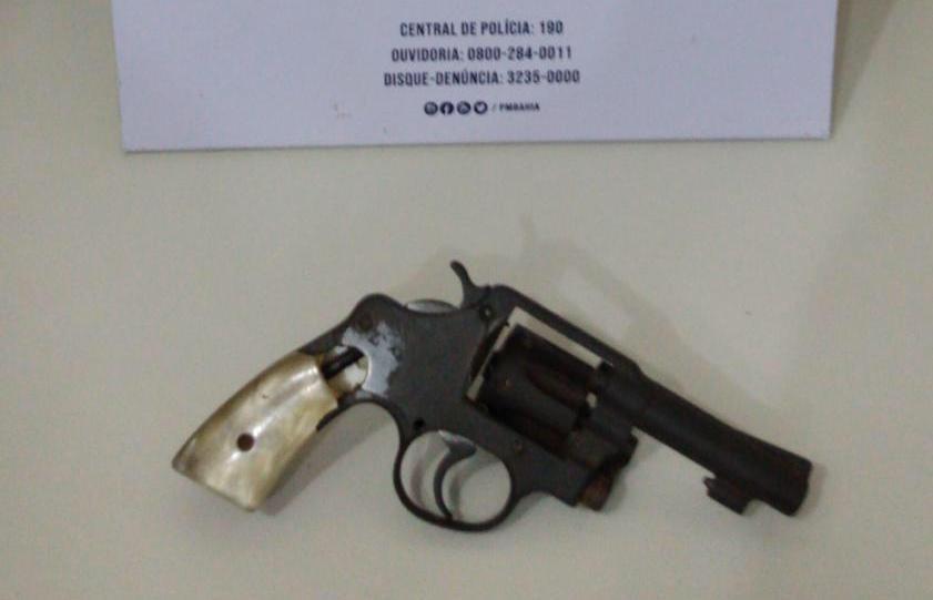 Homem é preso suspeito de assaltos a ônibus em Salvador; revólver foi apreendido