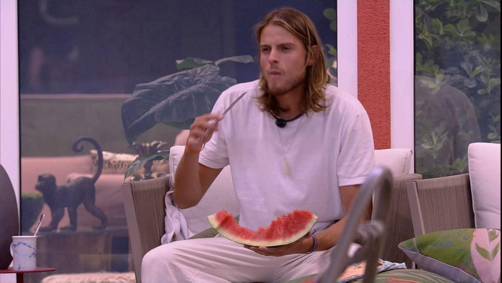 Daniel come melancia no jardim