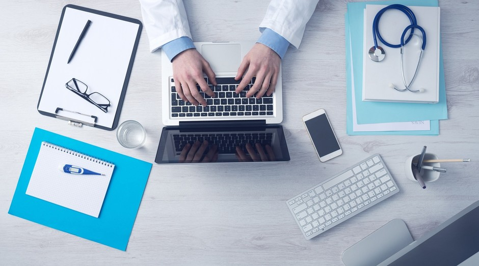 Com auxílio da tecnologia, médicos tem chances menores de errar nas prescrições de medicamentos (Foto: Pixabay)
