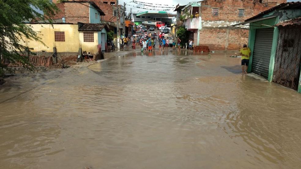 Ruas ficaram alagadas em Bezerros (Foto: Reprodução/WhatsApp)