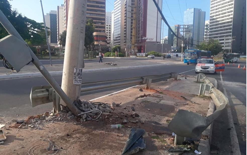 Três ficaram feridos após carro bater em poste na Avenida Tancredo Neves, em Salvador â?? Foto: Andrea Silva/TV Bahia