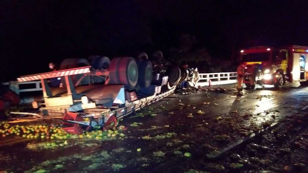 Caminhão tomba e carga de tomate fica espalhada na PR-082, no noroeste do Paraná (Foto: Noti-cia.com)