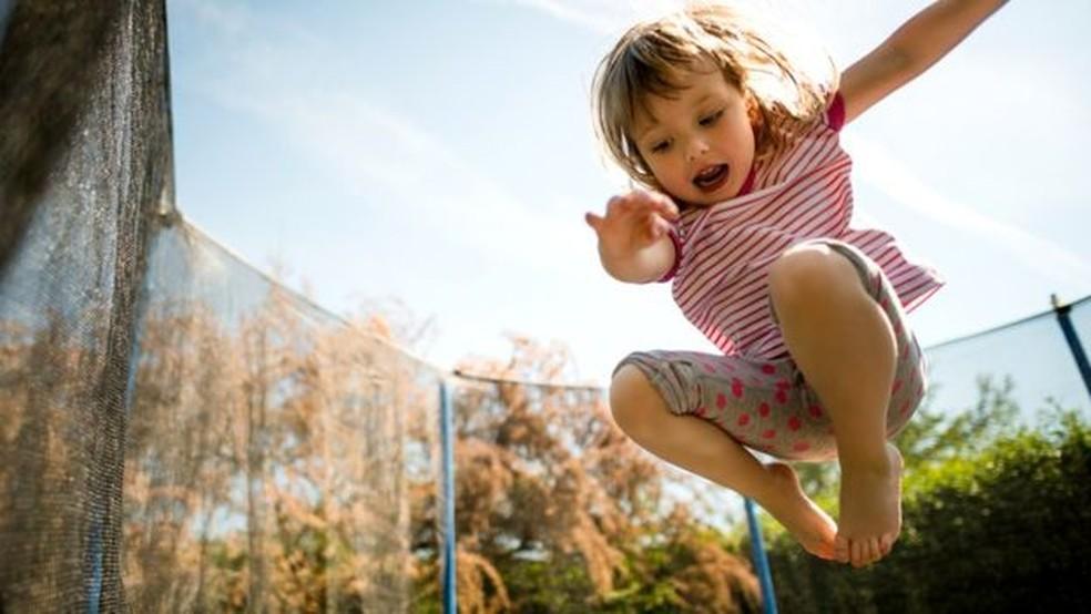 Durante a infância, é importante dedicar algum tempo a atividades ao ar livre não programadas — Foto: GETTY IMAGES
