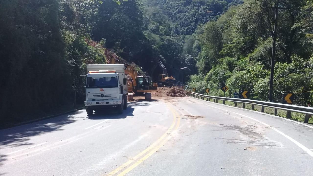 RJ-116 está em esquema de 'pare e siga' após deslizamento de barreira - Notícias - Plantão Diário