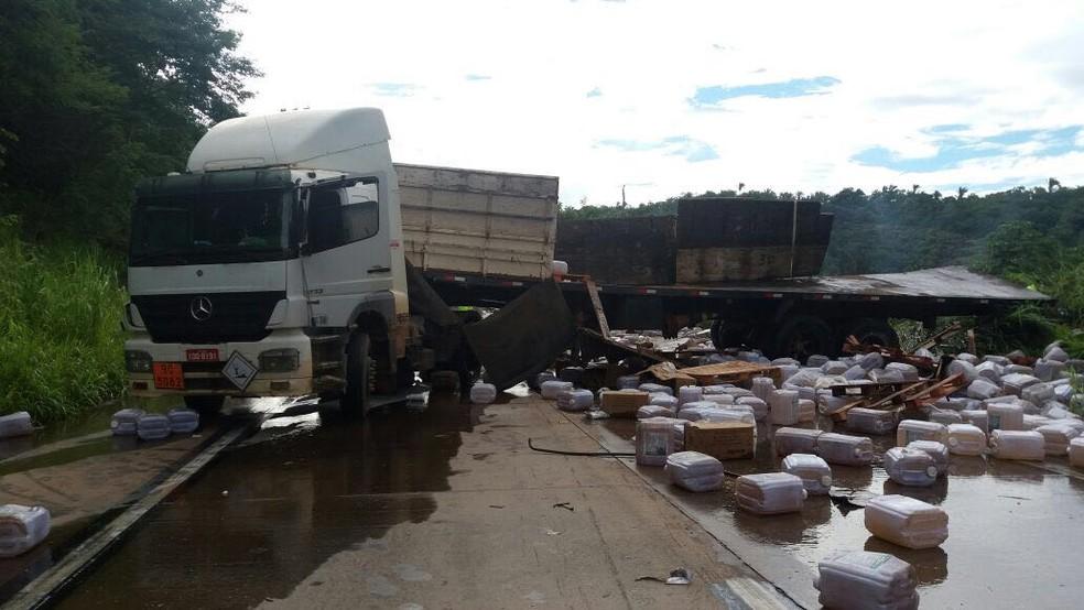 Galões de agrotóxicos ficaram espalhados na pista após acidente (Foto: PRF-MT/ Divulgação)