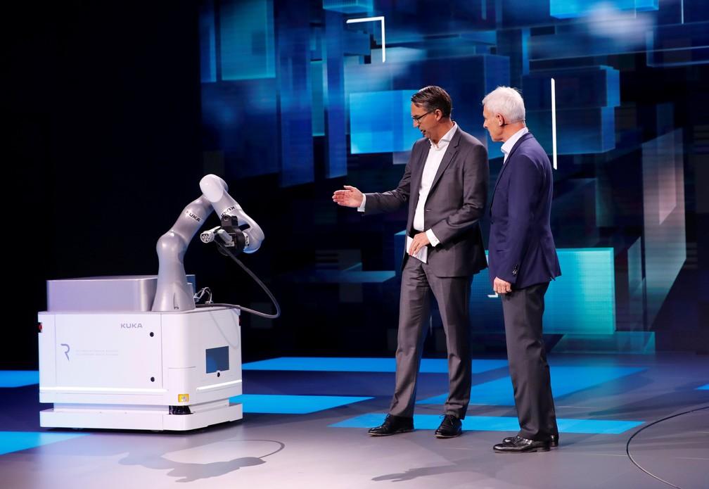 Robô CarLa é apresentado pela Volkswagen no Salão de Genebra (Foto: Denis Balibouse/Reuters)