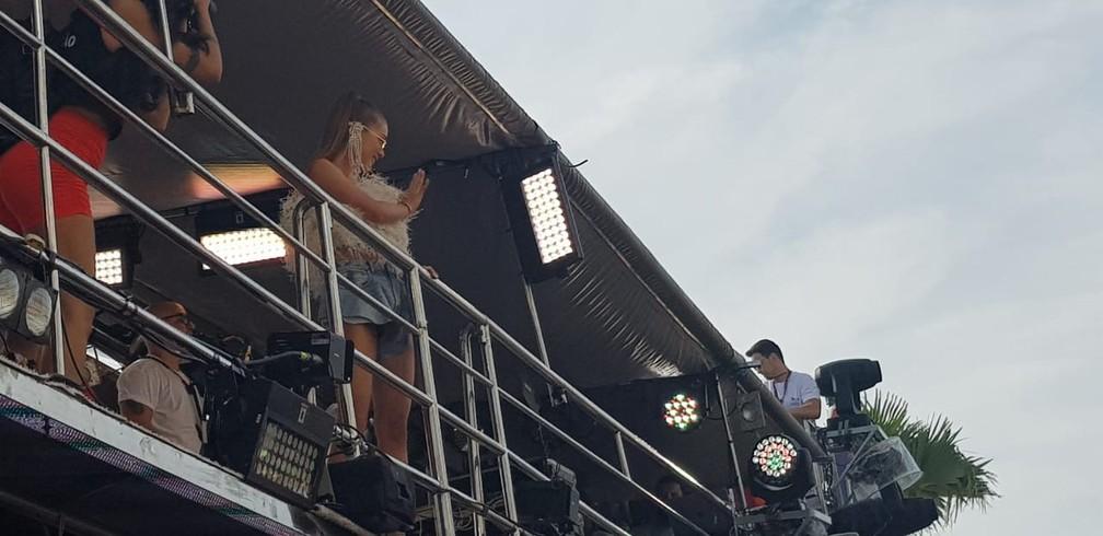 Marina acenando para o público no circuito Dodô, ainda na Barra, em Salvador — Foto: Eric Carvalho/G1