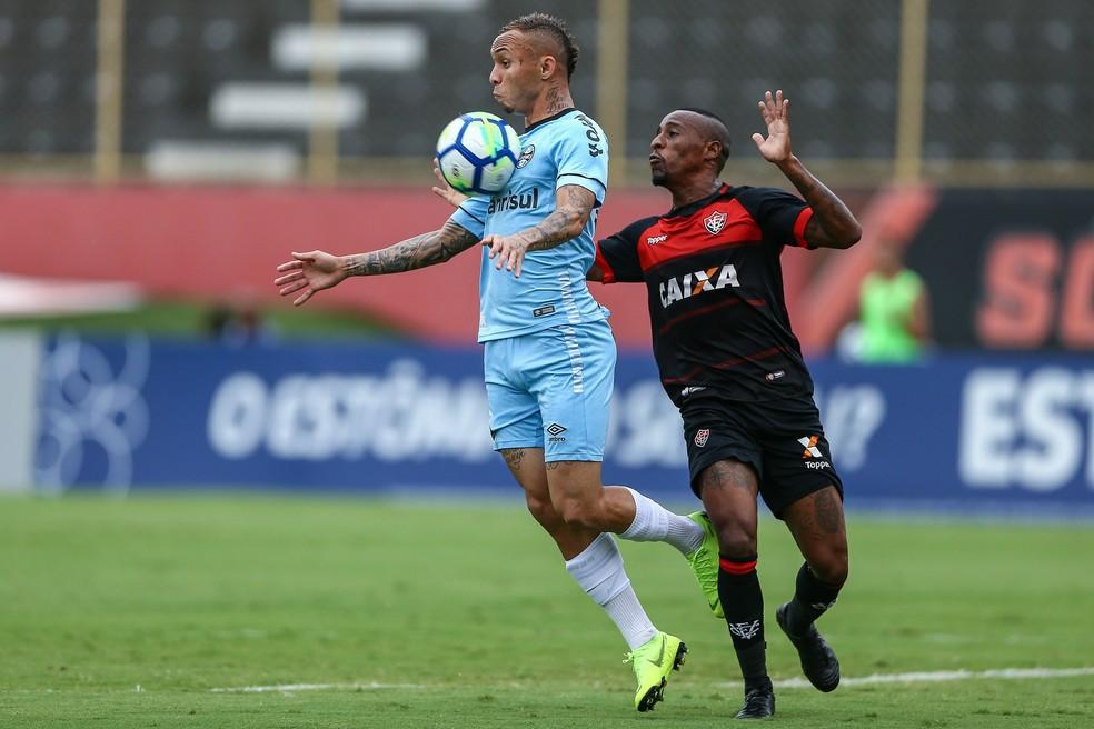 Everton acertou bola na trave contra o Vitória  — Foto: Lucas Uebel/Divulgação Grêmio