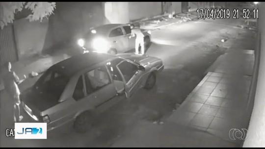 Criminosos roubam carro de motorista de aplicativo em Goiânia